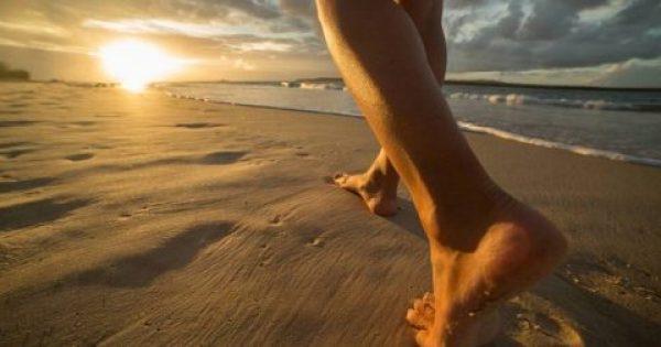 Γείωση: Περπατήστε με γuμνά πόδια και αφήστε τη γη να σας θεραπεύσει.
