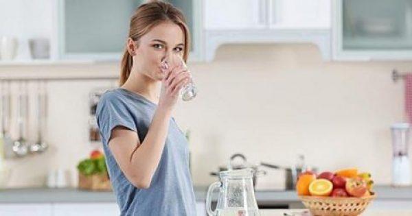 Νερό με άδειο στομάχι το πρωί: Πως επηρεάζει τον οργανισμό
