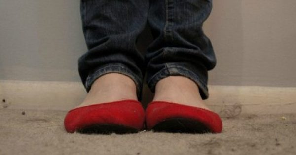 Δεν θα πρέπει ΠΟΤΕ να φοράτε τα Παπούτσια μέσα στο Σπίτι. Δείτε το Γιατί!