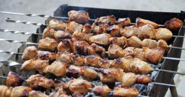 Το μαγείρεμα στα κάρβουνα αυξάνει τον κίνδυνο ακόμα και για θανατηφόρες αναπνευστικές παθήσεις