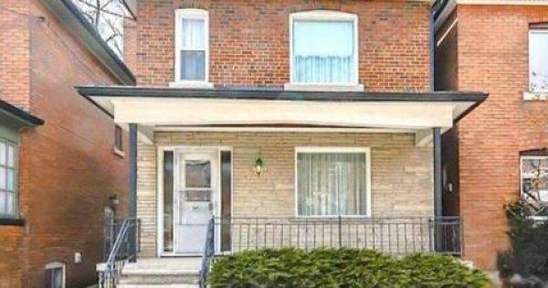 Μια γυναίκα 96 ετών πουλάει το σπίτι της: Μετά οι αγοραστές κοιτούν μέσα και ανακαλύπτουν ένα μυστικό 72 χρόνων