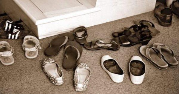 Είναι τελικά σωστό να ζητάμε από τους καλεσμένους μας να βγάζουν τα παπούτσια; Οι ειδικοί απαντούν