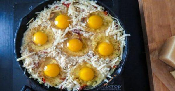 Γέμισε ένα ταψί με τριμμένο τυρί και από πάνω έριξε 7 αυγά. Μόλις το βγάλει από το φούρνο, θα σας τρέχουν τα σάλια!