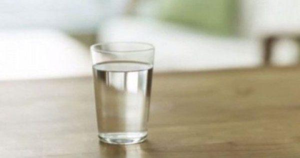 ΣΤΑΜΑΤΗΣΤΕ ΝΑ ΤΟ ΚΑΝΕΤΕ ΑΜΕΣΩΣ: Αφήνετε ένα ποτήρι νερό στο κομοδίνο σας, το βράδυ που κοιμάστε; – Δείτε τι συμβαίνει