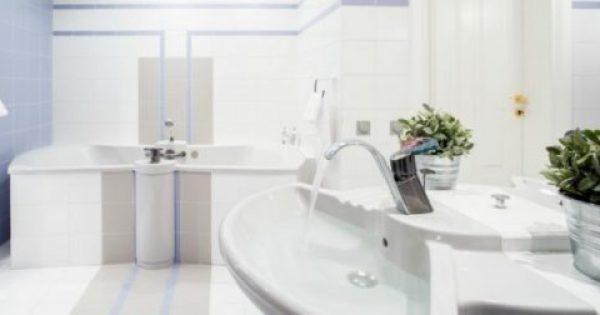 Αυτά Είναι τα Τρικς των Ξενοδοχείων για να Διατηρούν Πεντακάθαρα τα Λευκά Μπάνια τους