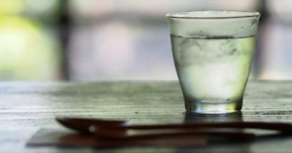 Γιατί δεν πρέπει να πίνετε ποτέ από το νερό που έχετε δίπλα στο κρεβάτι  (βίντεο)