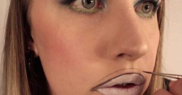 Ζωγραφίζει μια λεπτή γραμμή πάνω στα χείλη της και τα γεμίζει με χρώμα! Το αποτέλεσμα θα σας φρικάρει…