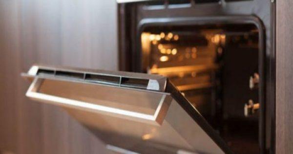 Καμένα λίπη τέλος – Το πανεύκολο κόλπο για να καθαρίσεις την πόρτα του φούρνου χωρίς τρίψιμο