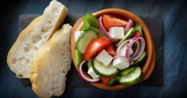 Χωριάτικη σαλάτα με ψωμί: Πόσες θερμίδες έχει