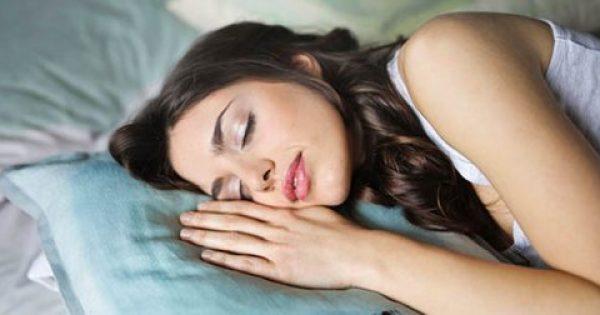 «Θα κοιμάσαι σαν πουλάκι…» Τι να πίνεις για να κοιμάσαι έως και 90 λεπτά περισσότερα το βράδυ