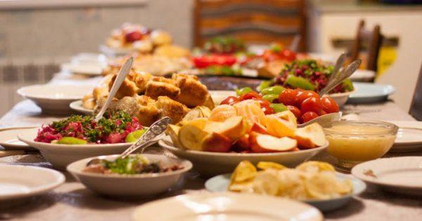 Γιατί καταναλώνετε λιγότερο φαγητό όταν βρίσκεστε με παρέα!!!