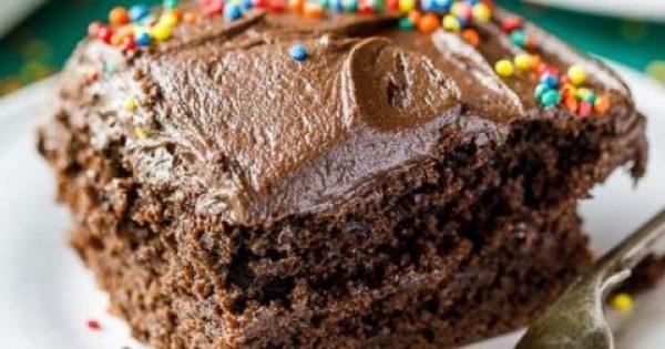 Πανεύκολο κέικ σοκολάτας με φυστικοβούτυρο και σοκολατένια επικάλυψη