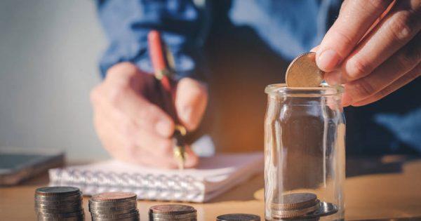 Δυο καθημερινές συνήθειες που αν τις κόψεις, θα εξοικονομήσεις έως και 2.000 ευρώ τον χρόνο