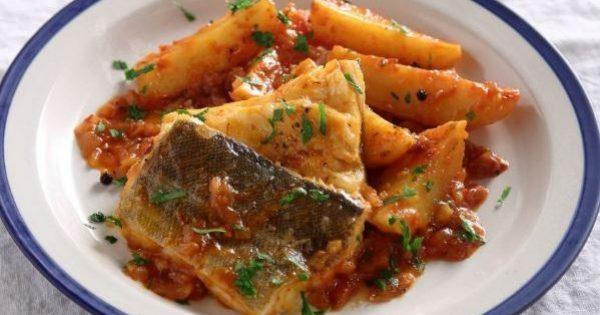Μπακαλιάρος αγιορείτικος με πατάτες σε κόκκινη σάλτσα