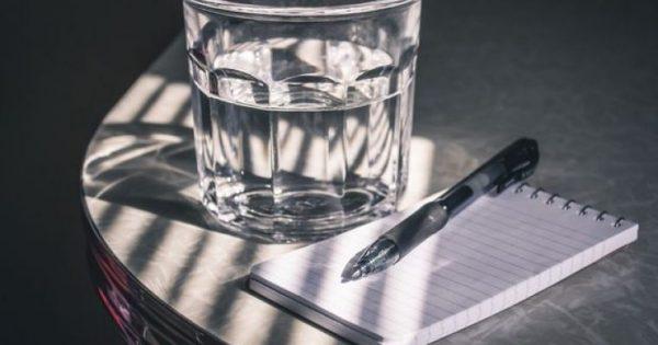 Τι θα συμβεί στο σώμα σου αν πίνεις ένα ποτήρι νερό με το που ξυπνάς