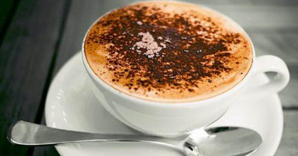 4 λόγοι για τους οποίους πρέπει να προσθέτεις κανέλα στον καφέ σου!