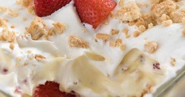Μπισκοτογλυκό ψυγείου με κρέμα και φράουλες της στιγμής