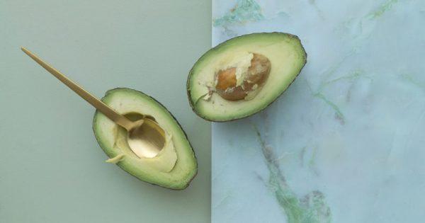 Το λιπαρό φρούτο που ρίχνει τη χοληστερόλη