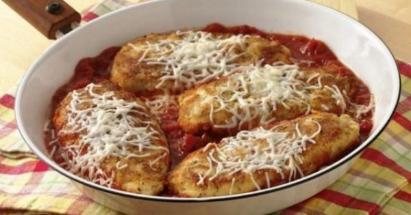 Σνίτσελ κοτόπουλο με σάλτσα ντομάτας και τυριά