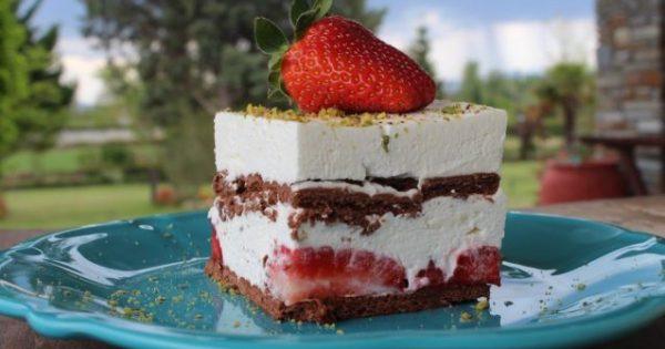 Δροσερό γλυκό ψυγείου με φράουλες και γιαούρτι (Video)