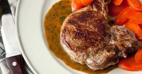 Χοιρινές μπριζόλες στο φούρνο με υπέροχη σάλτσα και καρότα γλασέ