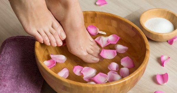 Οι δυο πολύτιμες κινήσεις για τέλεια ενυδατωμένα πόδια