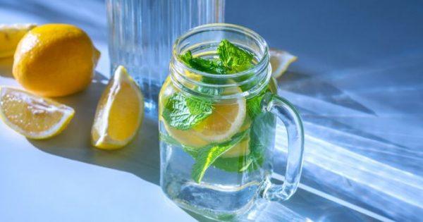 Πίνετε νερό με λεμόνι;Να τι συμβαίνει στο σώμα σας