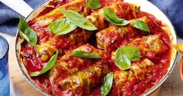 Μαρουλοντολμάδες σε κόκκινη σάλτσα